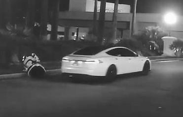 Robot autónomo es atropellado por auto en piloto automático 1