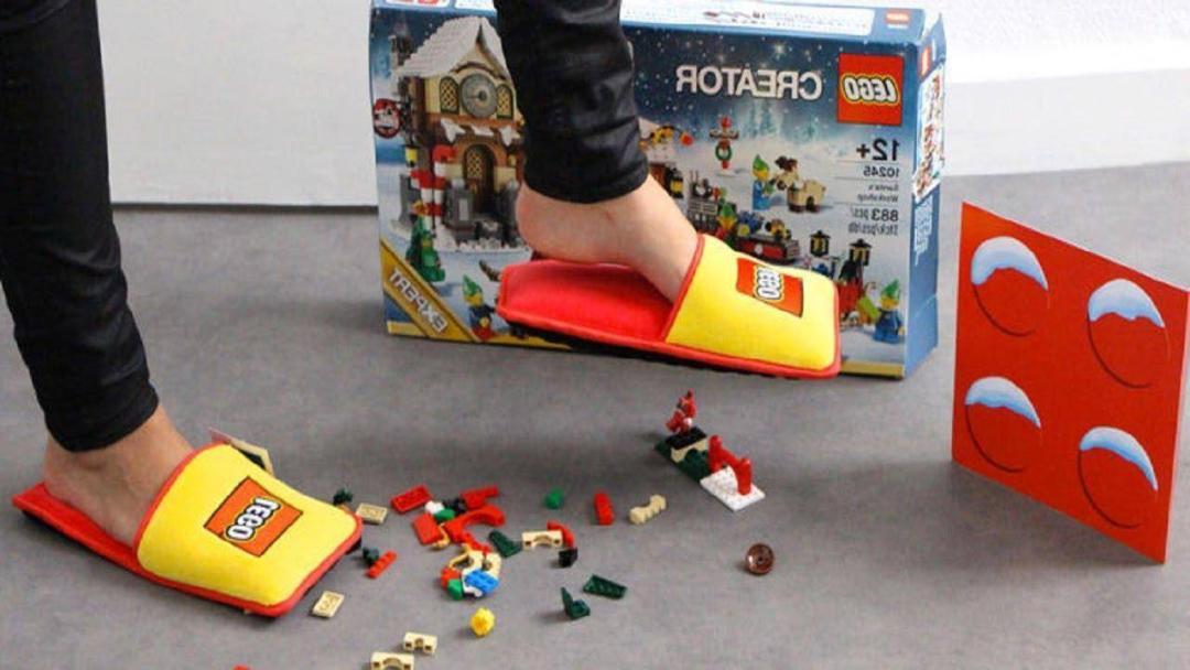 ¡El fin de una era llegó! LEGO lanza pantuflas Anti-LEGO 2