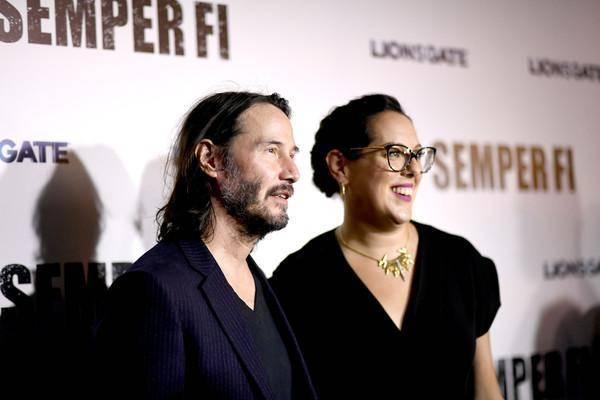 Keanu Reeves y Karina Miller (Semper Fi)