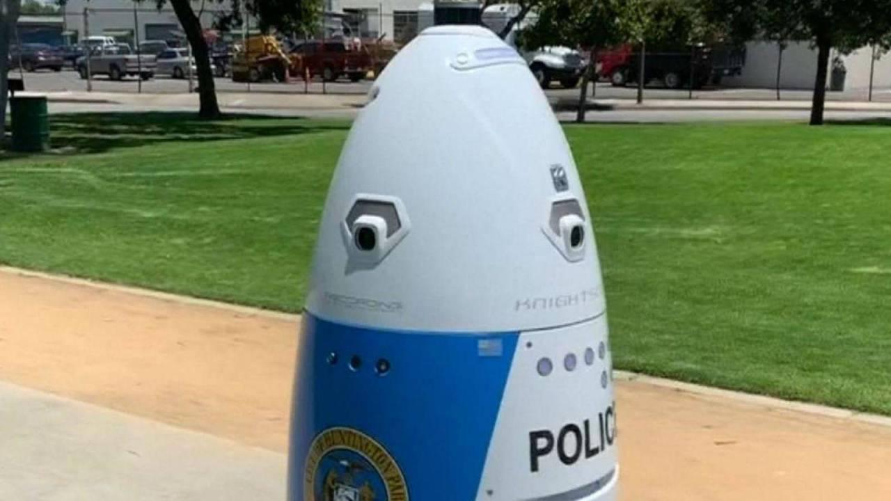 Robot policía aleja a mujer pidiendo ayuda, se aleja cantando