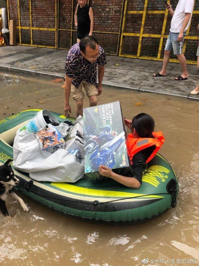 Mujer arriesga su vida en inundación para rescatar las figuras de Gundam de su esposo 1