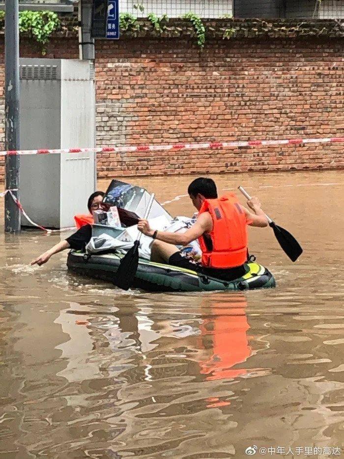Mujer arriesga su vida en inundación para rescatar las figuras de Gundam de su esposo 3