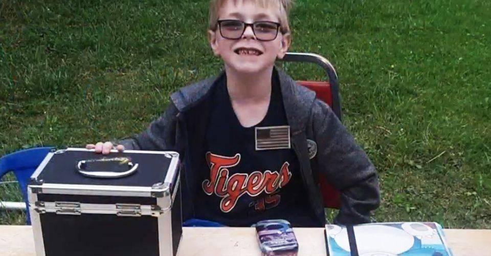 Pokémon TCG: Niño de 8 años pone a la venta su colección para salvar a su perro 1
